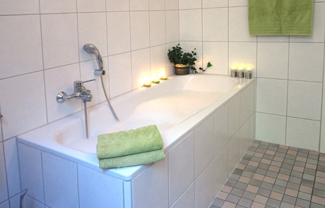 Ferienwohnung Rosenhof - Badezimmer mit Badewanne