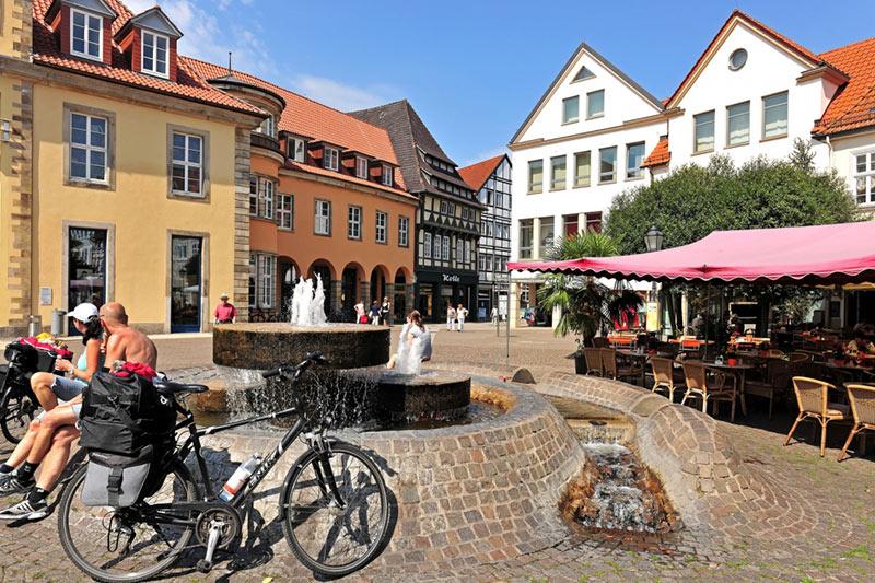 Die Rattenfängerstadt Hameln im Weserbergland am Deister Hameln ist eine große selbständige Stadt in Niedersachsen. Die Kreisstadt des Landkreises Hameln-Pyrmont ist an der Weser gelegen und vor allem bekannt durch die Sage vom Rattenfänger von Hameln, die die Überlieferung auf das Jahr 1284 datiert.
