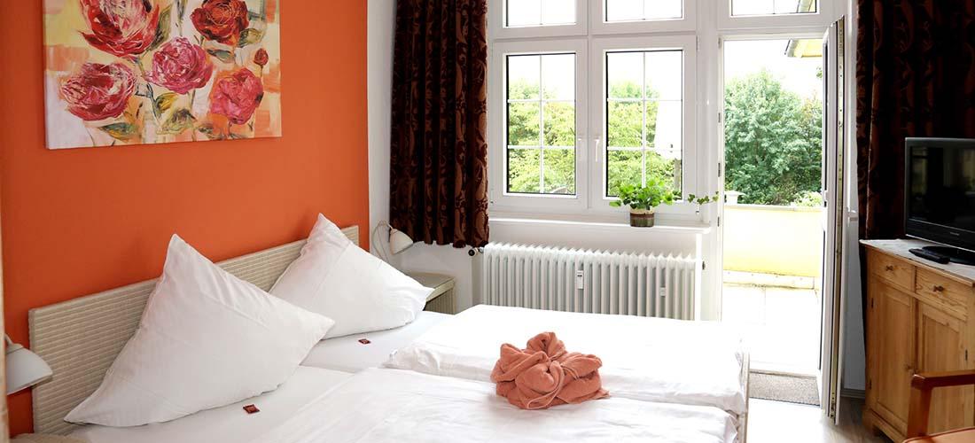 Großzügige Schlafzimmer mit Balkon